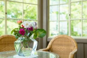洋館のテーブルと花瓶